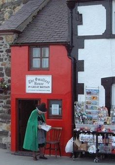 """""""Đột nhập"""" ngôi nhà nhỏ nhất nước Anh"""