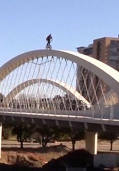 Kinh ngạc màn trình diễn đi xe đạp trên vòm cầu ở Texas, Mỹ