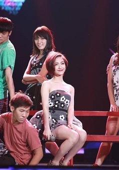 """Hòa Minzy """"tỏ tình"""" trên sân khấu Bài hát yêu thích tháng 8"""