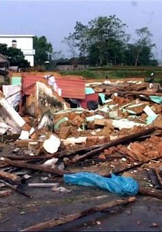 Mưa lốc kéo sập, tốc mái hàng trăm nhà dân