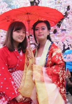 Giới trẻ thích thú cosplay dưới mưa