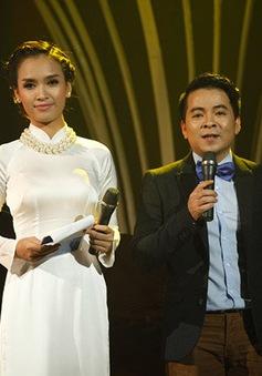Nhà báo Chu Minh Vũ không ngại khi đứng cạnh bạn dẫn siêu mẫu