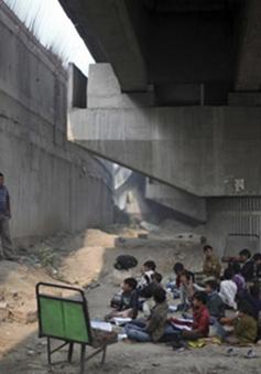 Lớp học dưới gầm cầu tại Ấn Độ