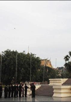 Viếng Đài Tưởng niệm Quân tình nguyện Việt Nam tại Campuchia