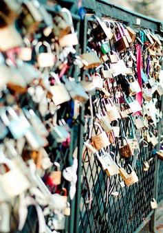 """Cây cầu """"khóa tình yêu"""" ở Paris có thể bị hủy bỏ"""