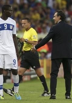 "HLV Prandelli ""nắn gân"" Balotelli"