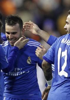 """Valencia 2-3 Real Madrid: """"Kền kền"""" thoát chết ở """"hang Dơi"""" (VIDEO)"""