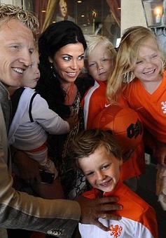 Các ngôi sao ĐT Hà Lan tiễn biệt vợ con lên đường dự World Cup 2014