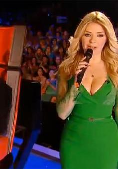 """Ăn mặc sexy, người dẫn The Voice UK bị """"ném đá"""""""