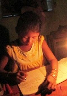 Cô bé mồ côi quanh năm chỉ học dưới ánh nến