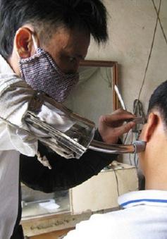 Người thợ cắt tóc một tay