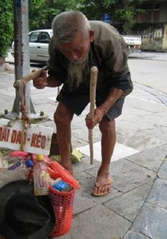Cụ ông 93 tuổi cần mẫn mài dao kiếm sống