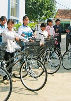 Trao tặng xe đạp cho 300 học sinh nghèo Quảng Trị