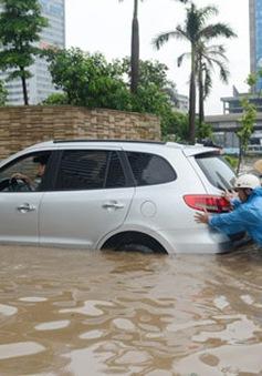 """Dịch vụ đẩy xe, mò biển số """"hút khách"""" ngày lụt"""