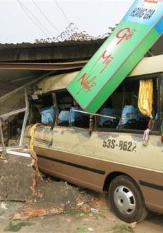 Va chạm mạnh với xe tải, xe khách gây tai nạn liên hoàn
