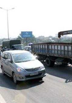 Va chạm xe khách và xe tải, giao thông ùn tắc kéo dài