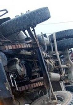 Lật xe chở vật liệu xây dựng, 1 người bị thương nặng