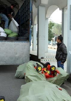 Bắt 2 xe vận chuyển hàng lậu số lượng lớn qua cửa khẩu Lao Bảo