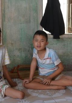 Buồn lòng gia đình có 3 trẻ nhỏ bị bại liệt