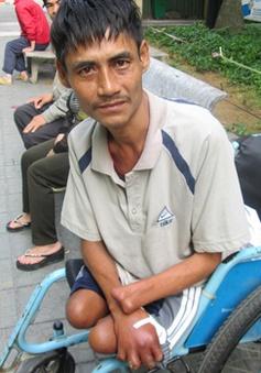 Người đàn ông ngồi xe lăn và 17 năm ròng trong bệnh viện