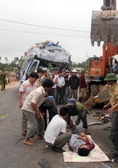 Xe khách và xe tải đâm nhau, 1 người tử vong tại chỗ
