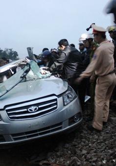 Ôtô bị tàu hỏa kéo lê hơn 100m, hai người tử vong tại chỗ