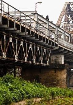 Nguy cơ mất an toàn từ sự xuống cấp cầu Long Biên