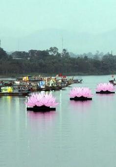 Thắp sáng 7 đóa hoa sen khổng lồ trên sông Hương nhân đại lễ Vesak