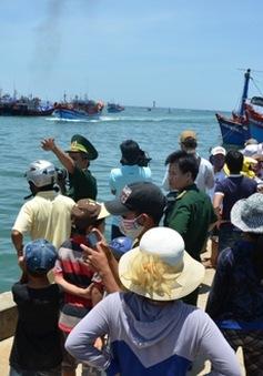 Tàu cá bị kiểm ngư Trung Quốc tấn công đã về đến đất liền