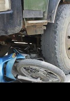 Xe máy đâm ô tô tải, 4 người tử vong tại chỗ