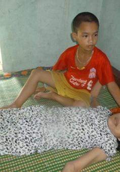 Bố mất sớm, cậu bé 9 tuổi chăm mẹ ung thư