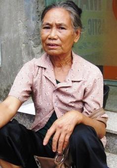Bà gần 70 tuổi vượt hơn 100km đưa cháu đi thi