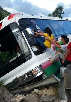 Xe khách bị lật khi đang xuống đèo, nhiều người may mắn thoát nạn