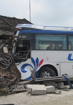 Xe khách tông chết người, đâm sập nhà dân ven Quốc lộ 1A