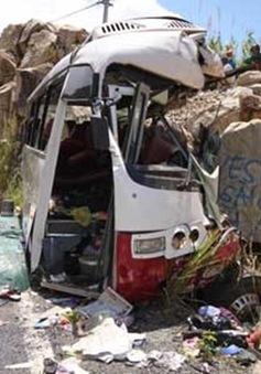 Khánh Hòa: Xe chở giáo viên đâm núi, nhiều người tử vong