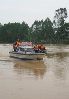 Xe chở Phó GĐ Sở Công thương Nghệ An bị lũ cuốn trôi