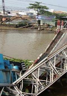 Xe tải 60 tấn làm sập cầu, rơi xuống sông
