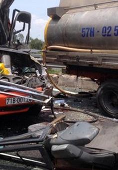 Xe khách húc vào đuôi xe bồn phun nước, ít nhất 3 người tử vong