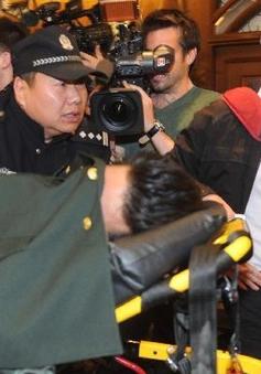Thân nhân hành khách MH370 ngất xỉu tại buổi bọp báo