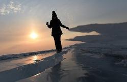 Dạo bước trên những tảng băng trôi tại biên giới Trung Quốc - Nga