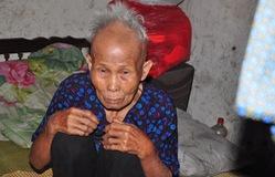 Xót xa mẹ già 80 tuổi nuôi đàn con tâm thần và 3 cháu mồ côi