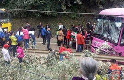 Xe du lịch chở 30 người đối đầu xe tải ở Hòa Bình