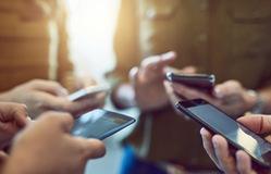 Các hãng smartphone đua nhau giảm giá dịp cuối năm
