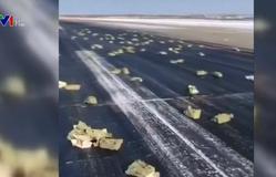 Hàng tấn vàng rơi từ máy bay xuống đường băng ở Nga