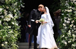 VIDEO: Khoảnh khắc Hoàng tử Harry và cô dâu Meghan Markle trao nụ hôn hạnh phúc