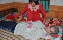 Con ung thư dạ dày chăm bố liệt trong nghẹn ngào nỗi đau