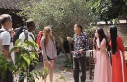 """Cô gái nhà người ta - Tập 3: Cân trổ tài """"bắn"""" tiếng Anh khiến khách nước ngoài méo mặt"""