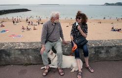 Châu Âu: Đeo khẩu trang ngay cả khi... tắm biển