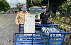 Cảnh sát giao thông phát xăng, nhu yếu phẩm miễn phí cho hàng trăm người đi đường