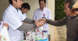 Nghệ An: Khám bệnh, tặng quà Tết cho bà con vùng khó khăn